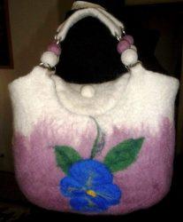 Árvácskás nemezelt női kézi táska.